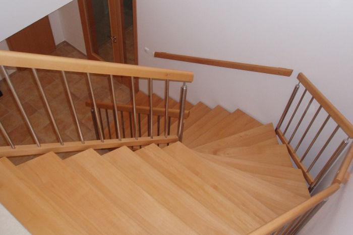 'L' schodiště s nerez výplněmi zábradlí