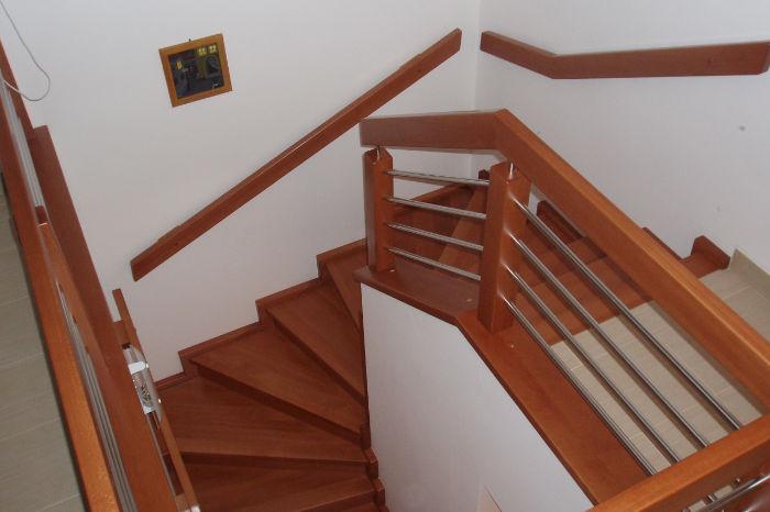 'U' schodiště mezi stěny