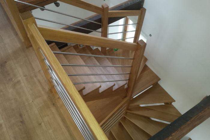 'U' schodiště s nerez výplněmi zábradlí
