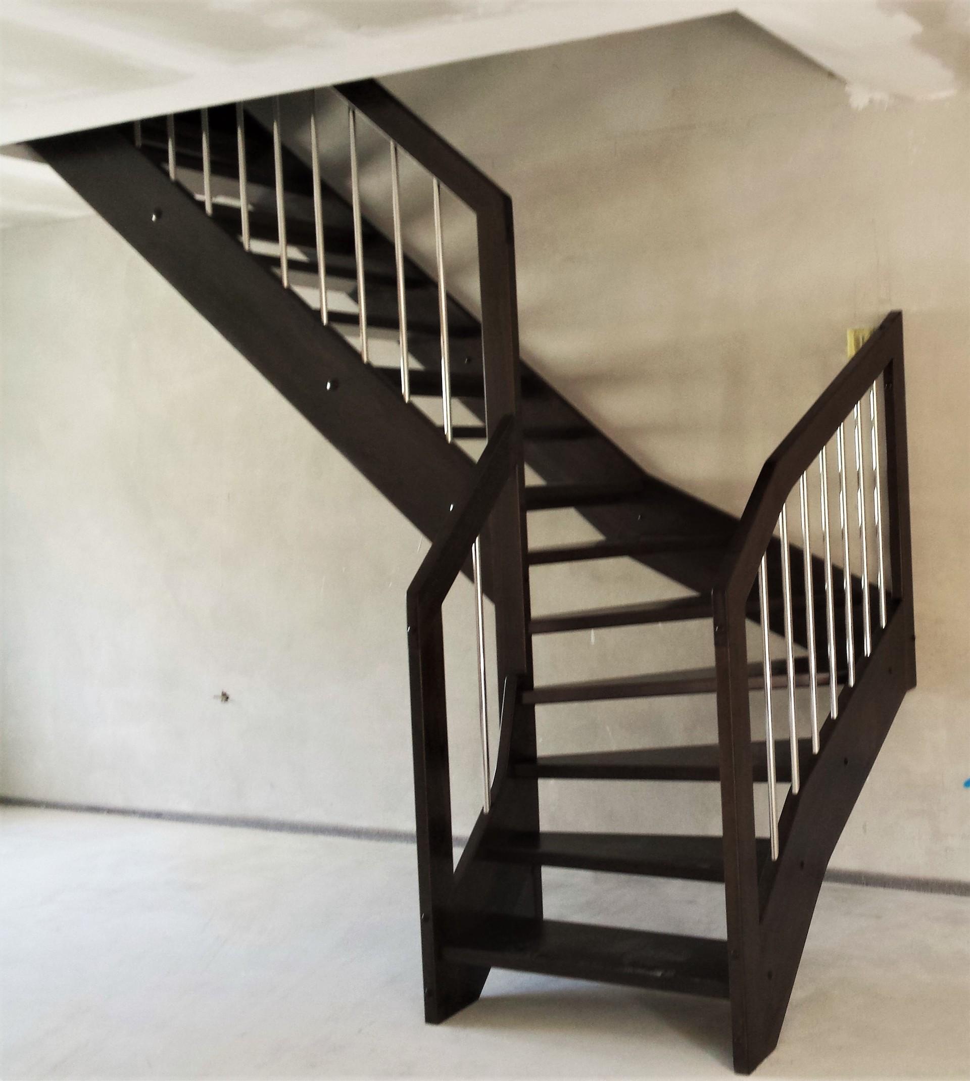 'L' schodiště s nerezovými výplněmi