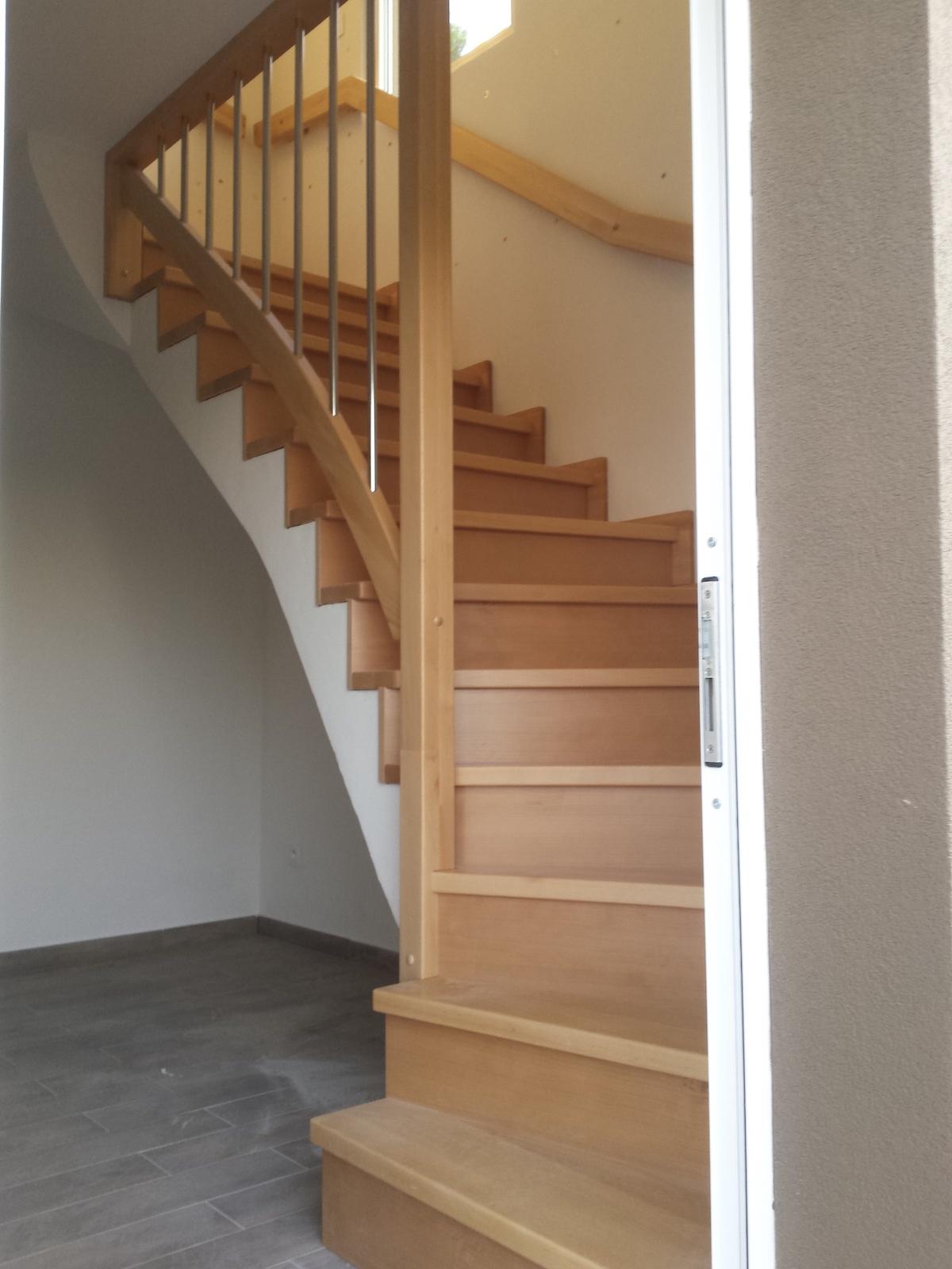 Dřevěný obklad betonového schodiště
