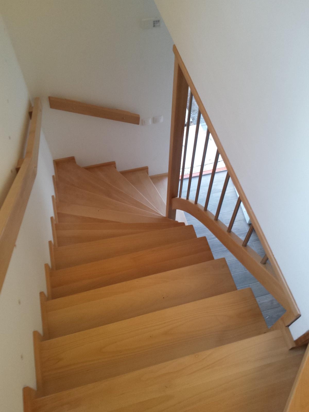 Dřevěný obklad schodiště na zakázku Luštěnice - 3