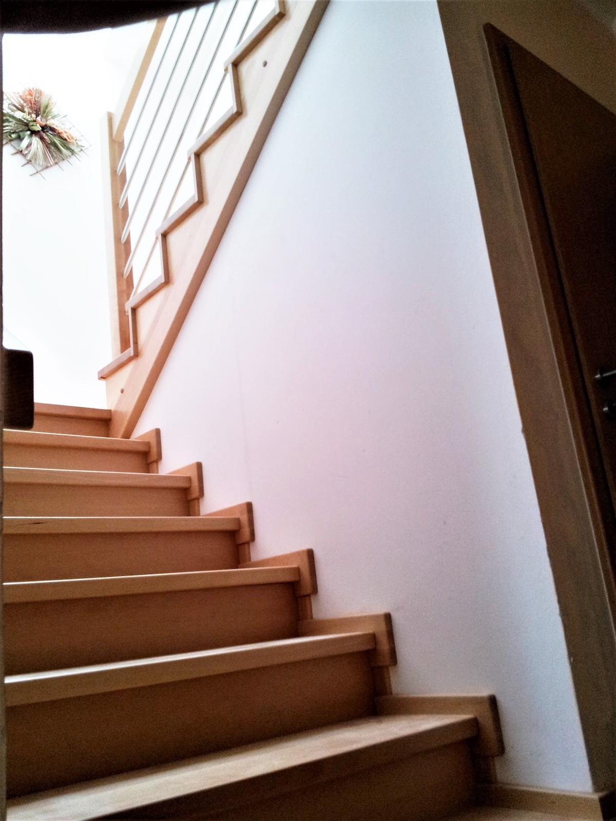 Dřevěný obklad schodiště na zakázku Obědovice - 2