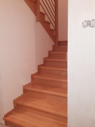 Dřevěný obklad schodiště na zakázku Strukov - 1