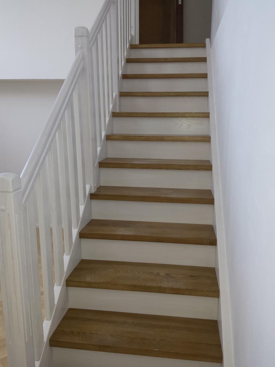 Rovnoramenné dřevěné schodiště