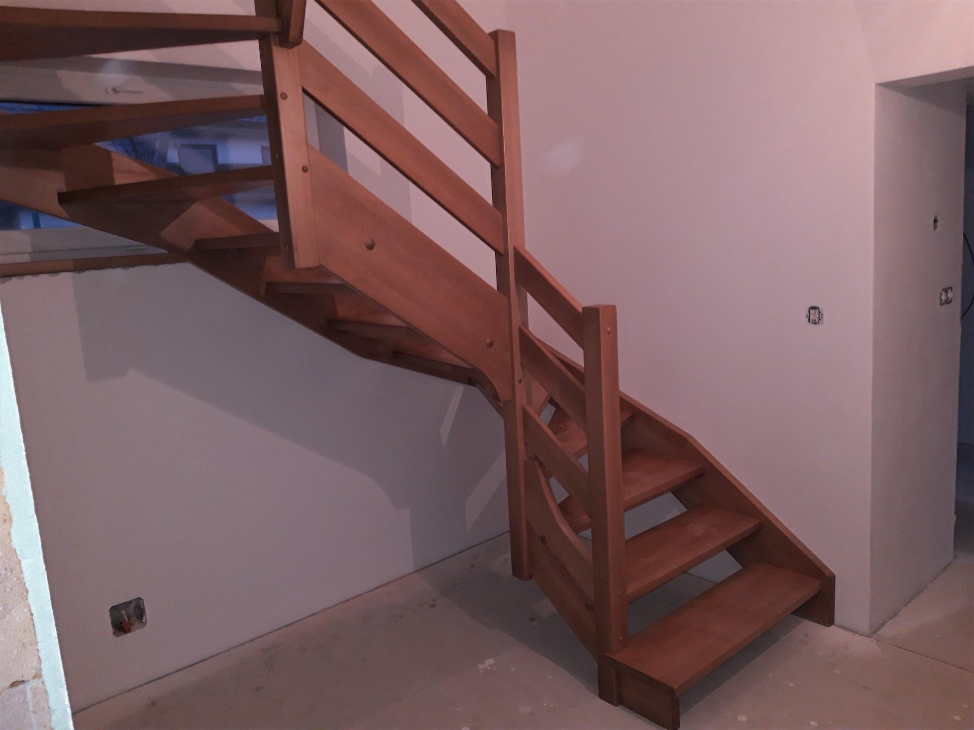 Celodřevěné 'U' schodiště