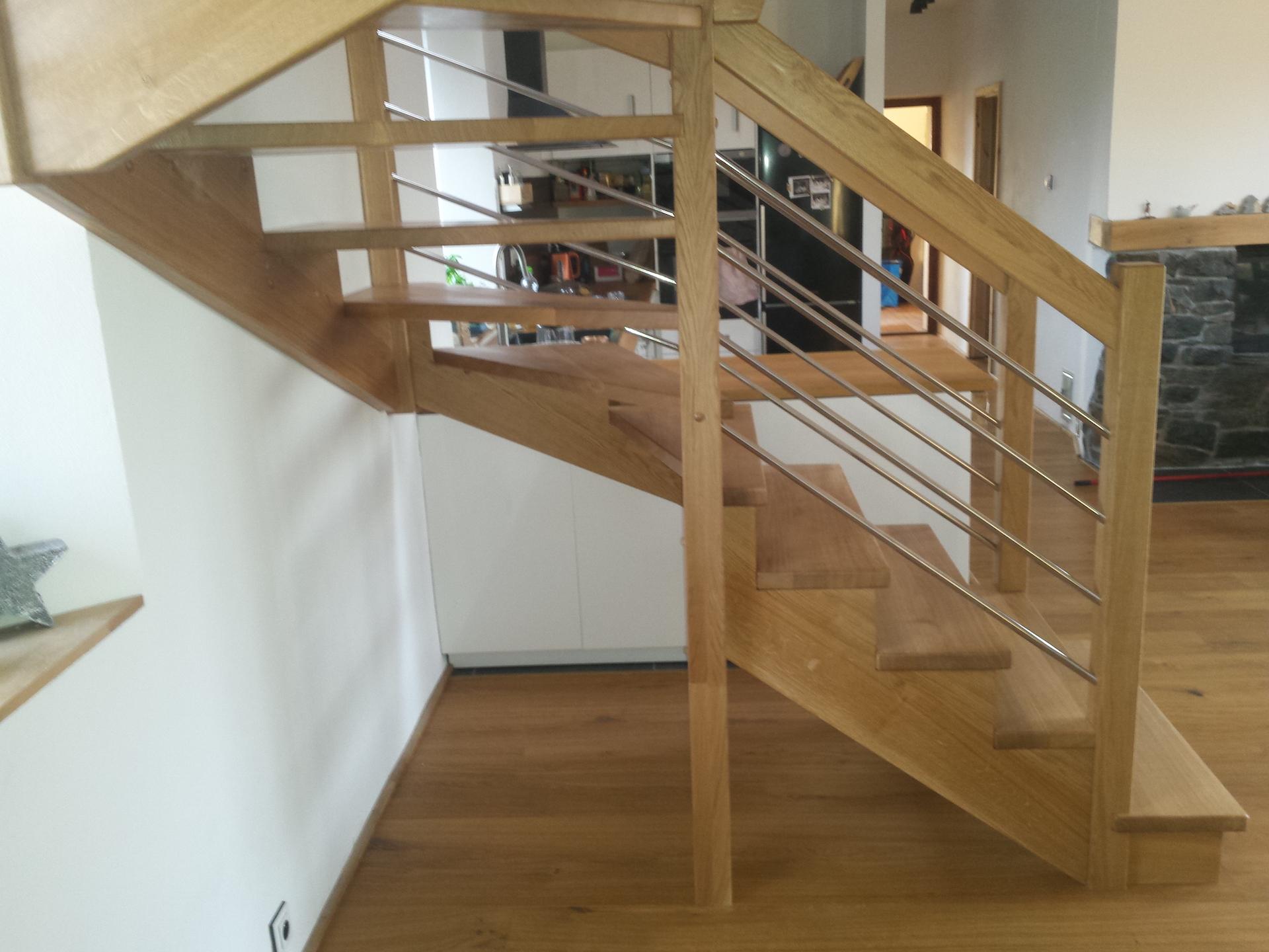Dřevěné 'U' schodiště s nerezovými výplněmi zábradlí